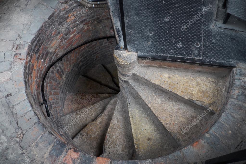 Винтовая лестница, камень, дерево