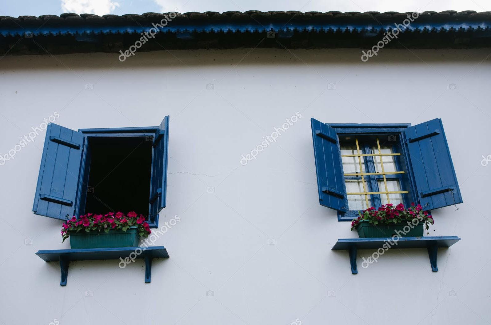 Синие деревянные окна