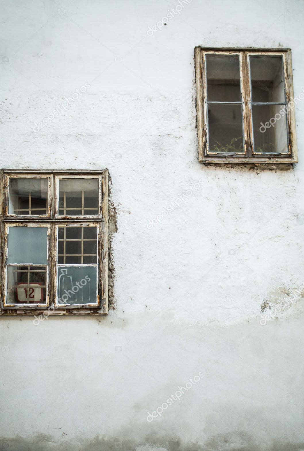 Два окна на белой стене