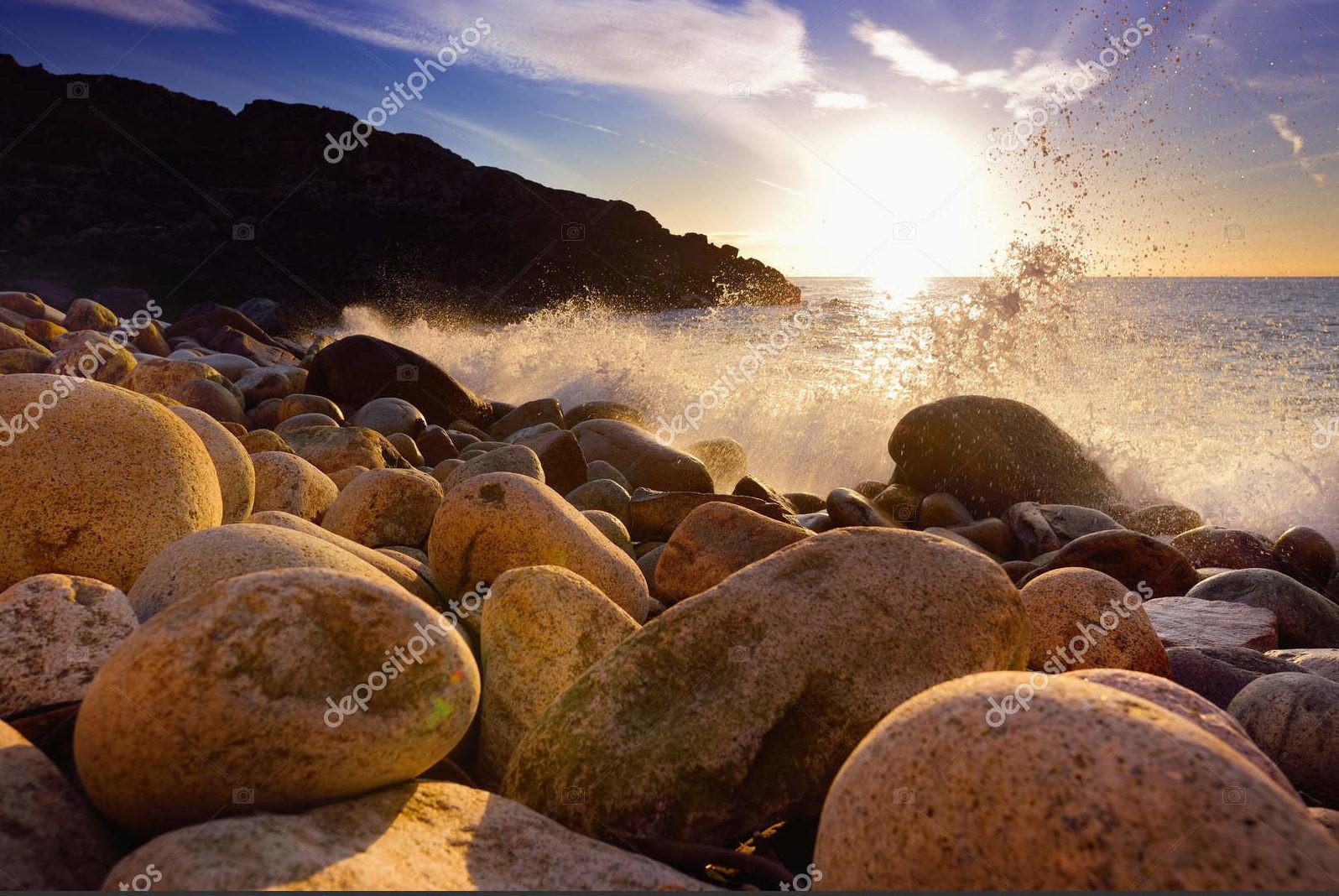 Волны разбиваются на скалистом пляже