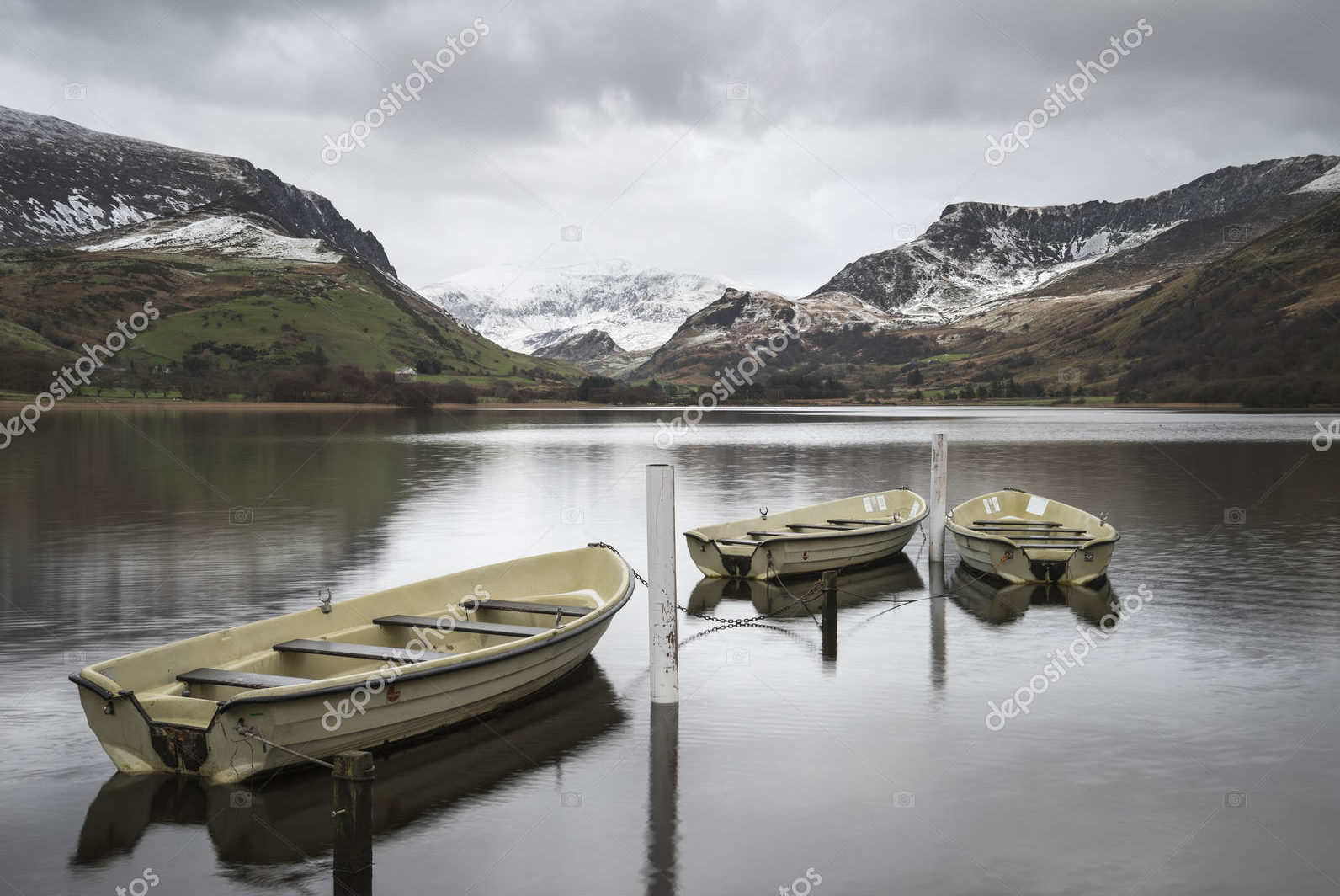 Горный ландшафт с лодками