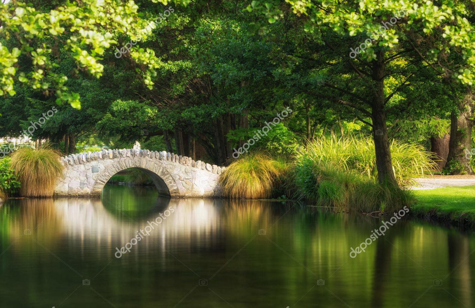 Арочный мост в ботаническом саду