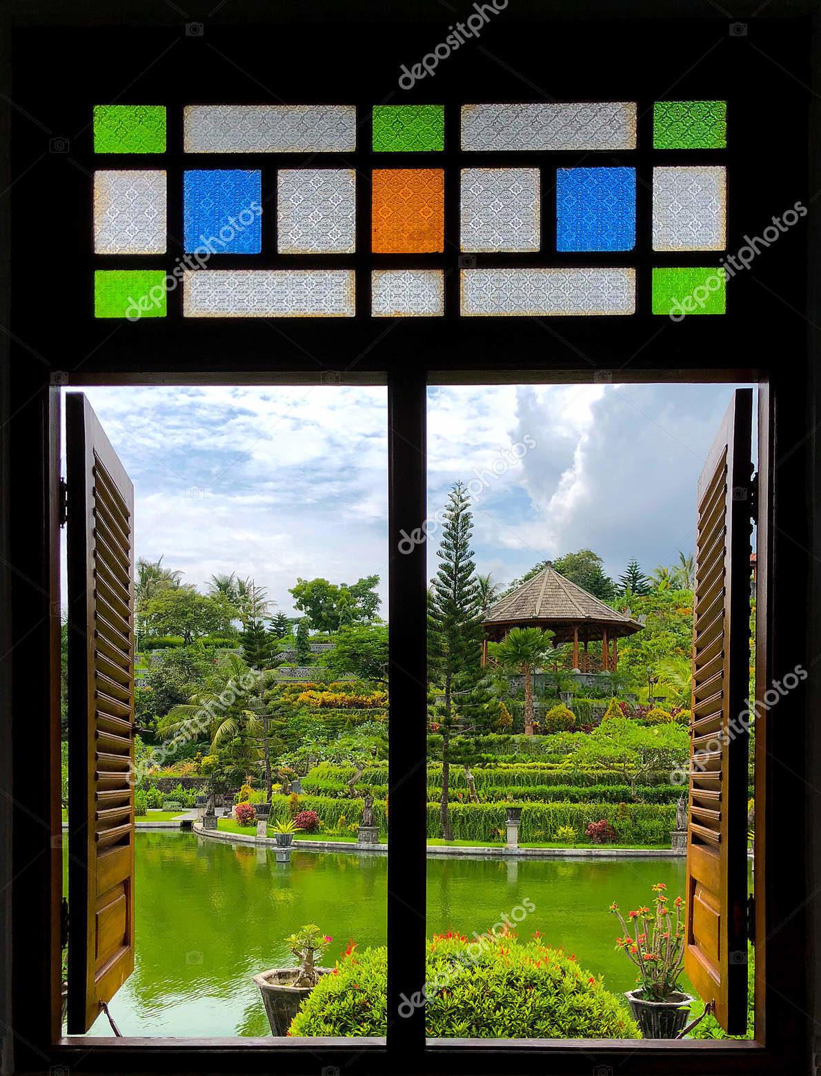 Виз из окна с витражами. Бали, Индонезия