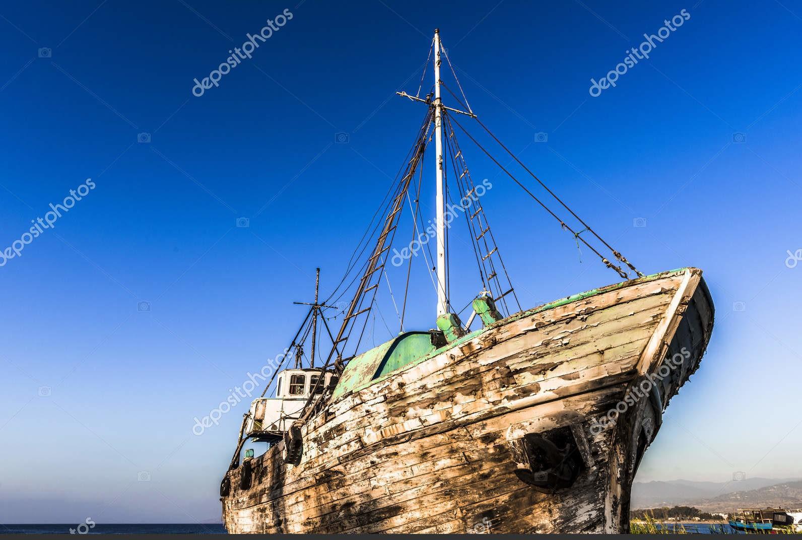 Старый корабль на острове Кипр