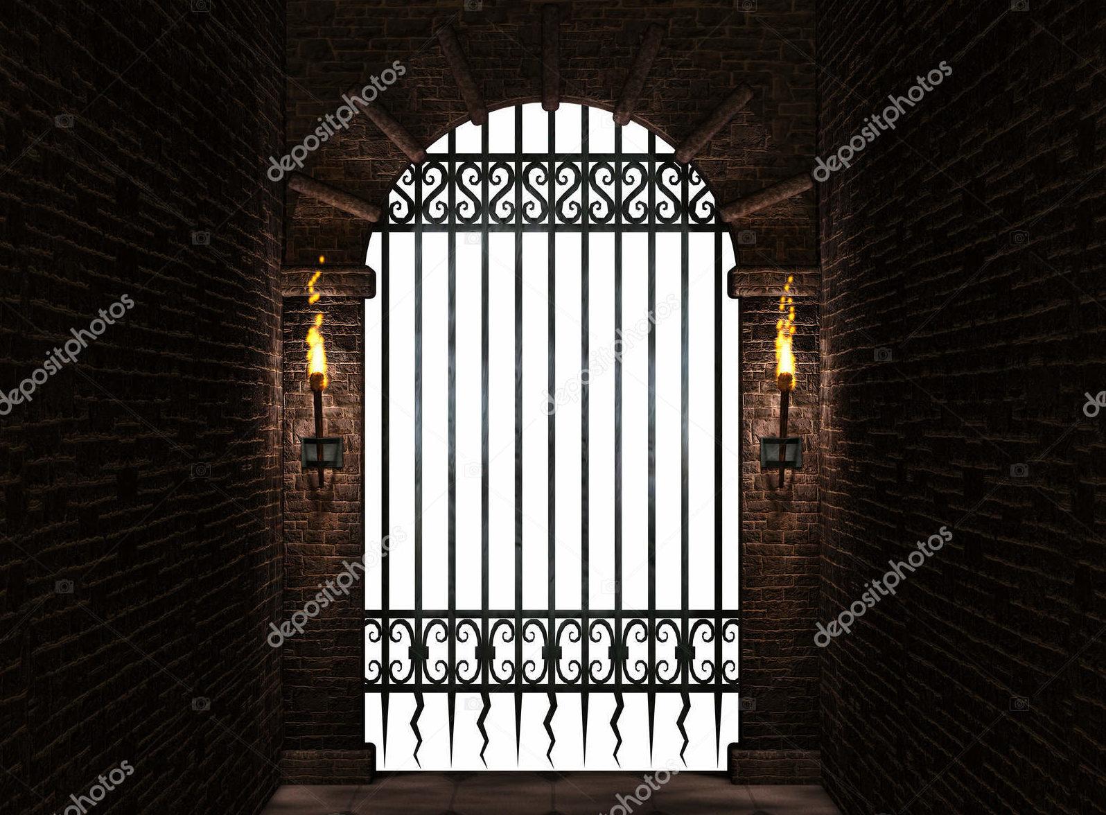 Арка с железными воротами