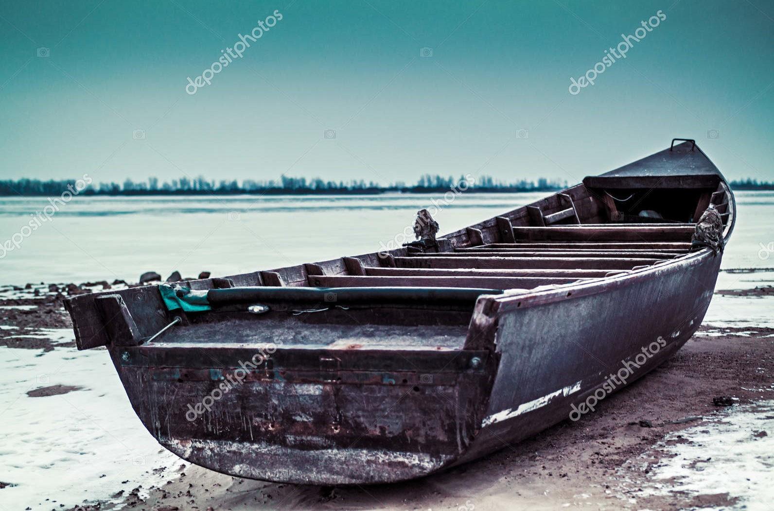 Старая лодка, зимнее утро