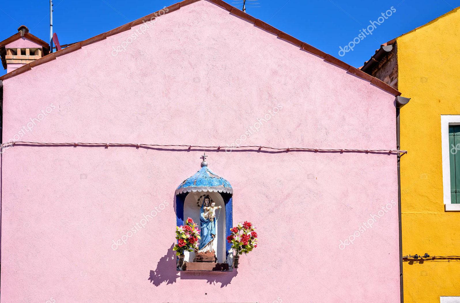 Розовая стена, свет и тени, Италия