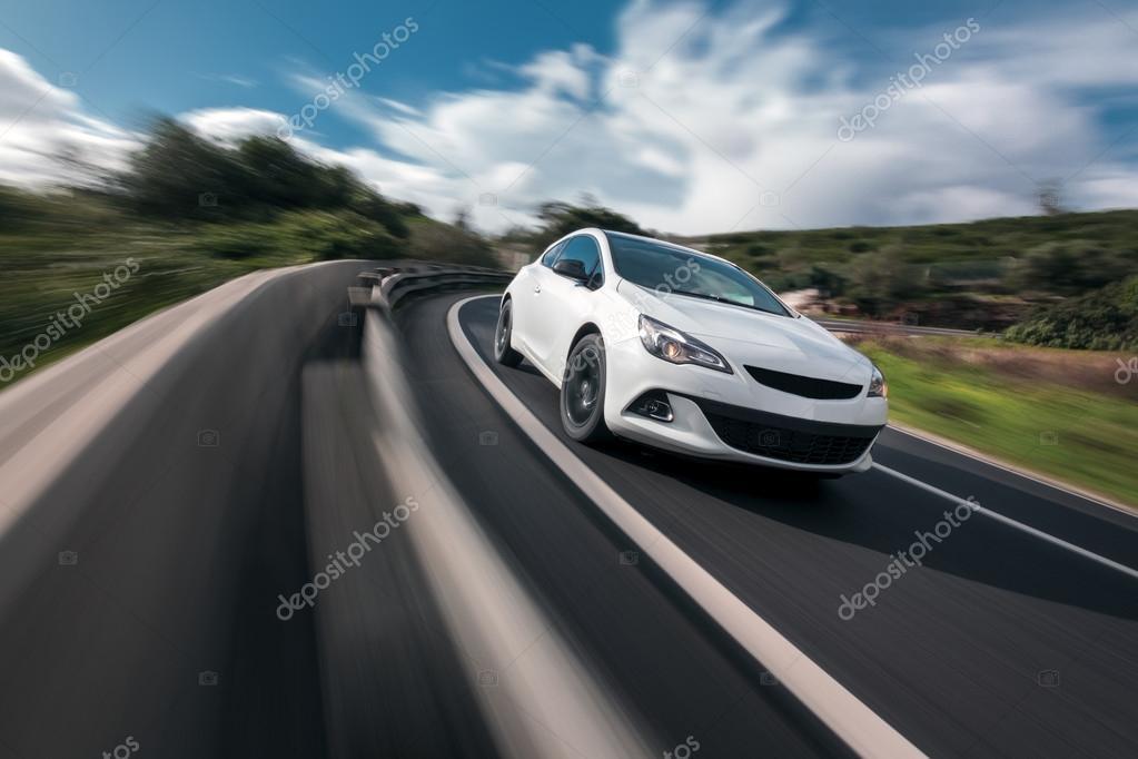 Белый автомобиль в движении