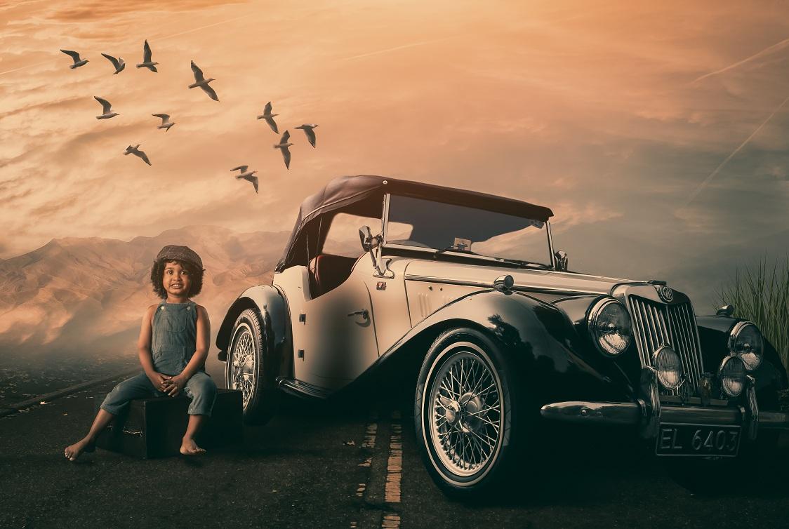 Ретро автомобиль и мальчик